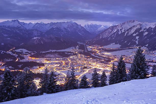top Aussicht auf reutte in der Morgendämmerung, tirol, Österreich, winter – Foto