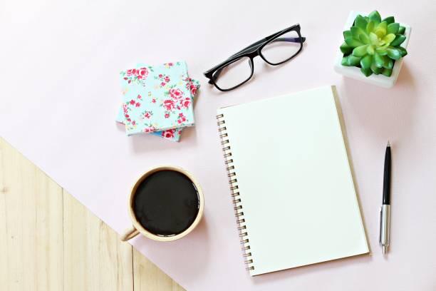 draufsicht oder flach legen sie papier offene notebook mit kaffeetasse auf hölzernen hintergrund, bereit für das hinzufügen oder mock-up, leere seiten und zubehör - einfache holzprojekte stock-fotos und bilder