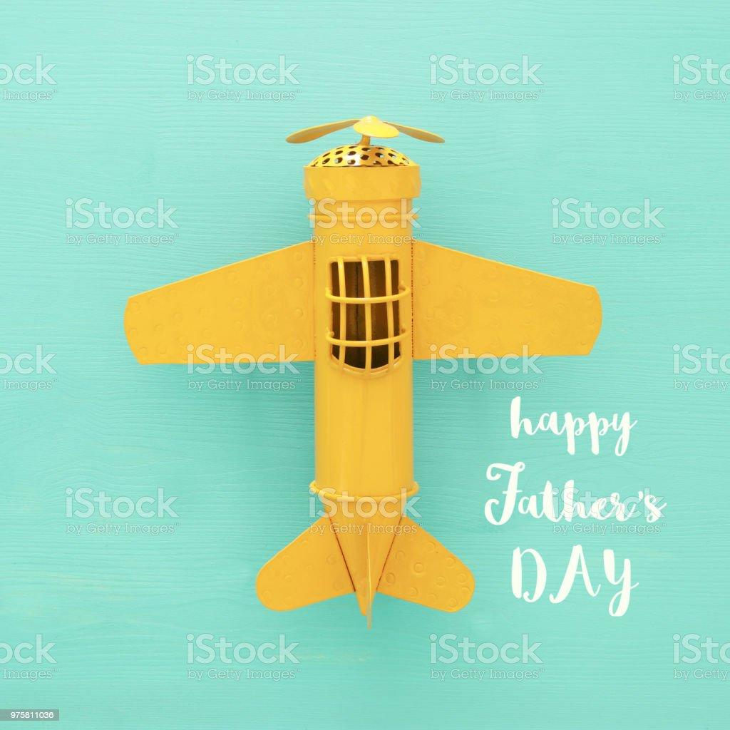 Ansicht von oben Foto von gelben Spielzeugflugzeug über Minze aus Holz Hintergrund. - Lizenzfrei Alt Stock-Foto