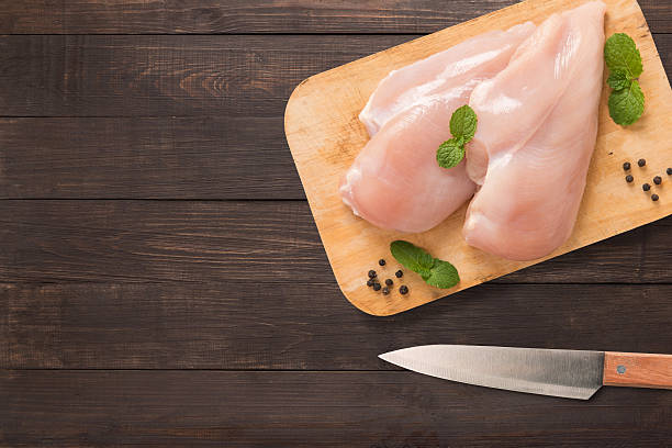 top view raw chicken on cutting board on wooden. - aliment cru photos et images de collection