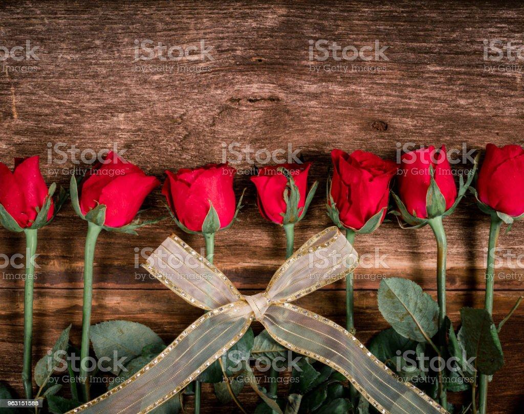 トップ ビュー赤いバラは愛、バレンタインの日の意味で美しい花で、ホーム デコレーション、コピー領域の使用することができます。 - お祝いのロイヤリティフリーストックフォト