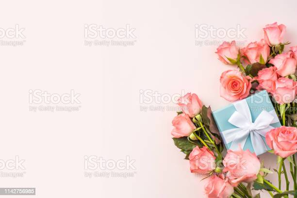Top view rose on pink for mothers valentines day picture id1142756985?b=1&k=6&m=1142756985&s=612x612&h=fbxpcjwqxmvk5l4n8ct9jpmx3 ion036z0 e6yayu2c=