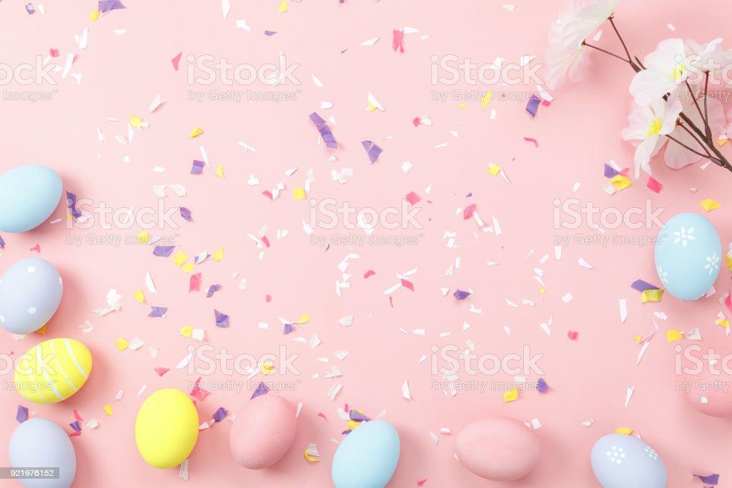 Draufsicht-Aufnahme des Anordnung Dekorationskonzept Frohe Ostern Urlaub Hintergrund. Wohnung legen bunte Bunny Eiern mit Zubehör Ornament auf moderne schöne rosa Papier am Schreibtisch. Design-Pastell-Ton. – Foto