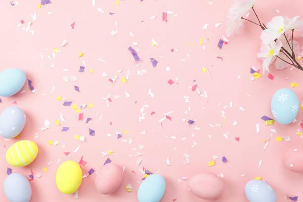 tiro de vista superior do conceito de plano de fundo do arranjo decoração páscoa feliz feriado. apartamento ovos coelhinho colorido com ornamento acessório na moderno belo papel rosa na mesa do escritório. projeto de tom pastel. - pascoa - fotografias e filmes do acervo