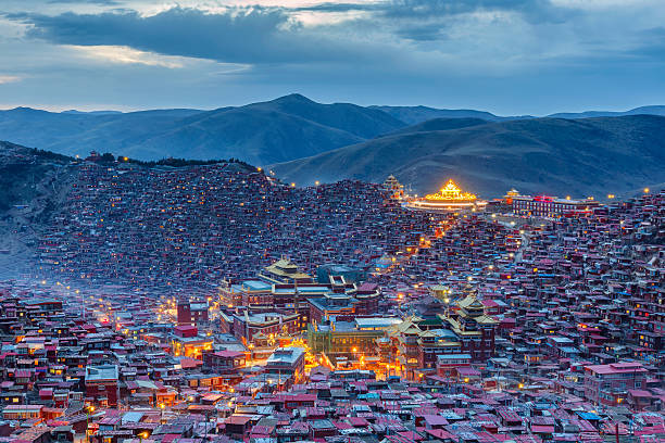 top view sunset time at larung gar (buddhist academy) - ganzi tibet özerk bölgesi stok fotoğraflar ve resimler