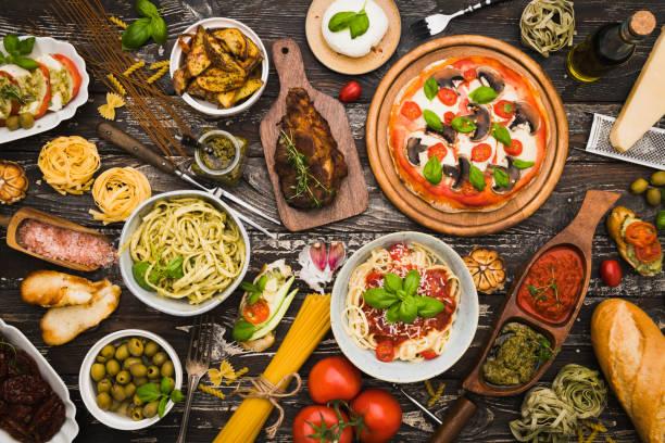 mesa de visão superior cheia de comida - comida italiana - fotografias e filmes do acervo