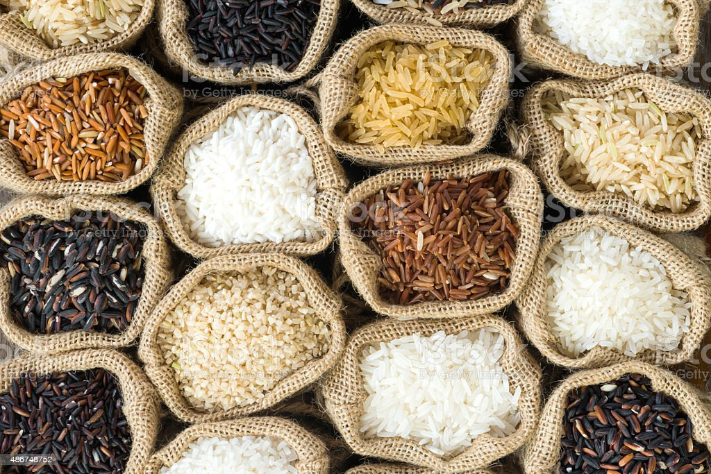 Vista superior de la colección de arroz tailandés en bolsa de arpillera - foto de stock
