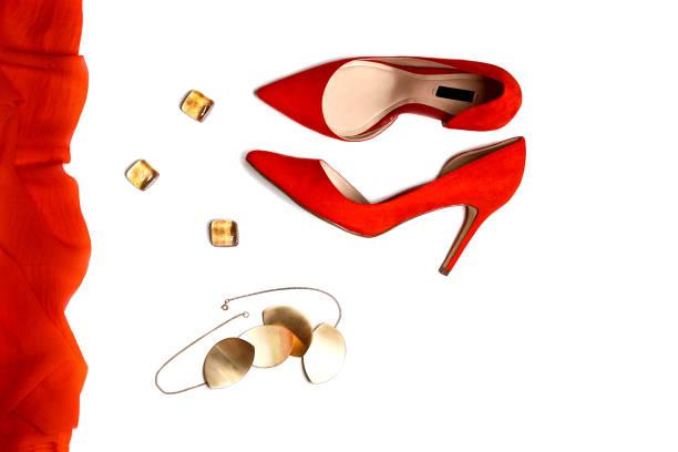 bovenaanzicht om party outfit samenstelling: rode schoenen, accessoires, sieraden op witte achtergrond, geïsoleerd. - hoge hakken stockfoto's en -beelden