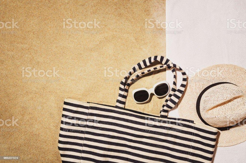 頂視圖毛巾在沙灘上。背景與副本空間 - 免版稅人圖庫照片