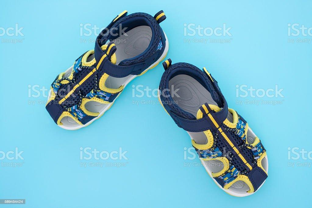 Vista de cima da moda sandália para menino no Fundo azul - foto de acervo