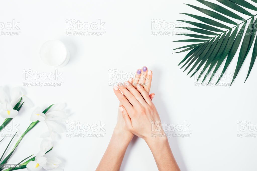 Ansicht von oben Frau weglegen nahrhafte Creme – Foto