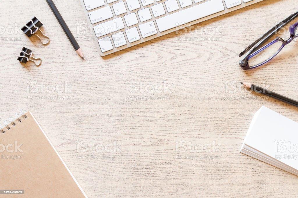 Ansicht von oben aus Holz Schreibtisch mit Computer und Zubehör – Foto