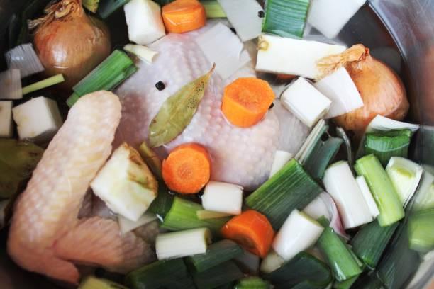 topf mit zutaten für eine hühnersuppe - rezepte mit hühnerfleisch stock-fotos und bilder