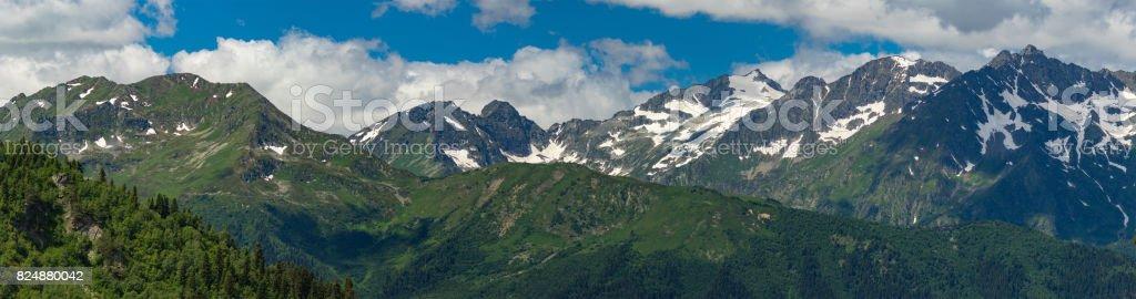 Gipfel der Bergkette mit Schnee Kappen. Größere Caucasus Bergkette. – Foto