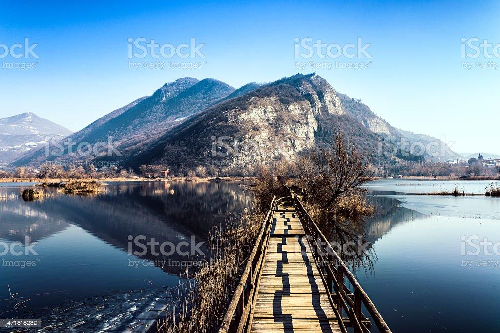 Torbiere del Sebino, ponte di legno sul lago - foto stock