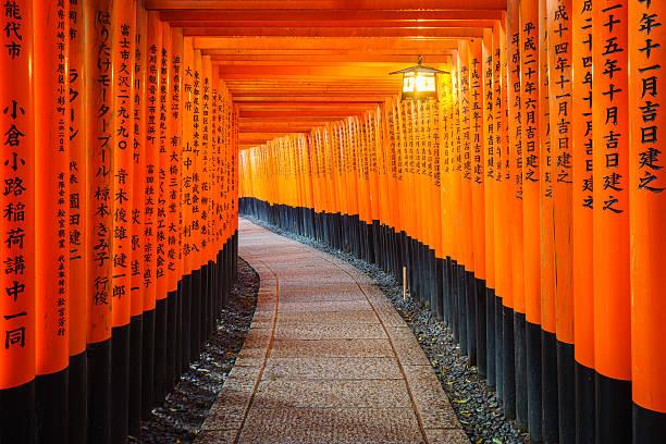 Torii-Tor in Fushimi Inari-Schrein, dem Kyoto, Japan – Foto