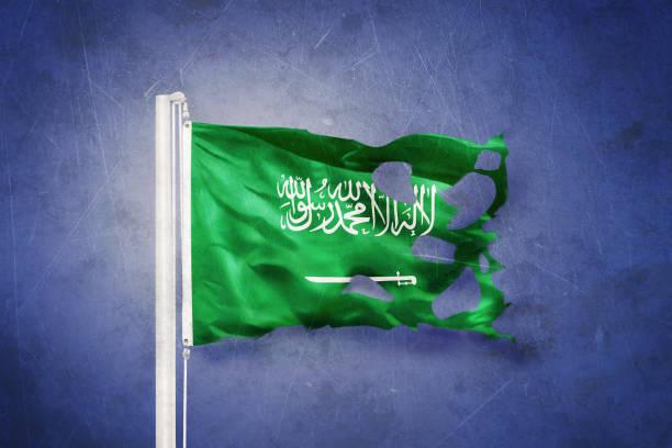 torn flag of saudi arabia flying against grunge background - saudi national day zdjęcia i obrazy z banku zdjęć