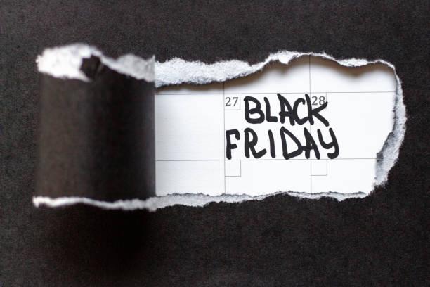 papel desgarrado e inscripción del viernes negro en una franja blanca - black friday sale fotografías e imágenes de stock