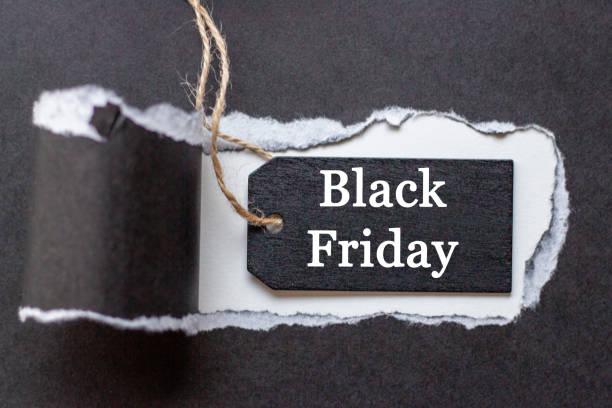 papel desgarrado y inscripción del viernes negro en etiqueta negra - black friday sale fotografías e imágenes de stock