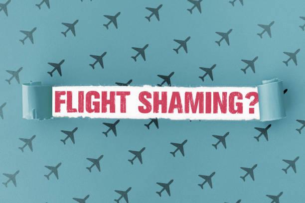 papel roto con texto flight shaming en el agujero - vergüenza fotografías e imágenes de stock