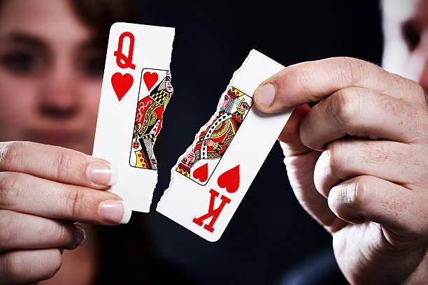 zerrissen spielkarten symbolisieren scheidung - karte ziehen stock-fotos und bilder
