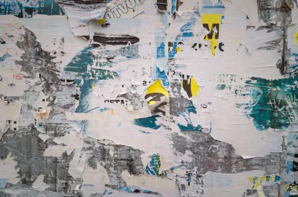Affiches déchirées sur vieux mur de grunge - Photo