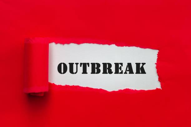 gescheurd rood document dat tekstuitbarsting onthult. waarschuwingsconcept voor coronavirusuitbraak - tears corona stockfoto's en -beelden