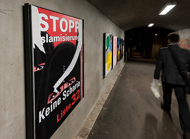 lacerato destra nazionalista campagna poster di zurigo - sharia foto e immagini stock