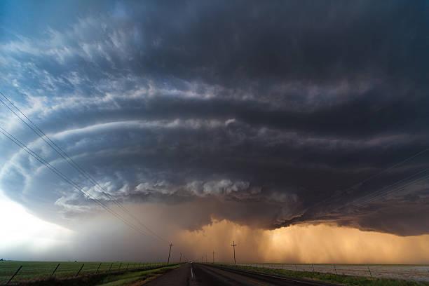 supercell tornadic nas planícies americanas - tornado - fotografias e filmes do acervo
