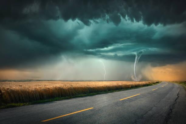 tornado and thunder storm on agricultural meadow at sunset - tornado - fotografias e filmes do acervo