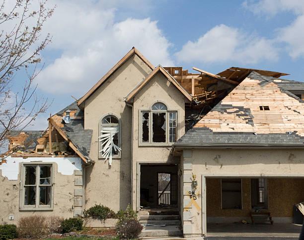 tornado beschädigt stuck-missouri - dunkle flecken entferner stock-fotos und bilder