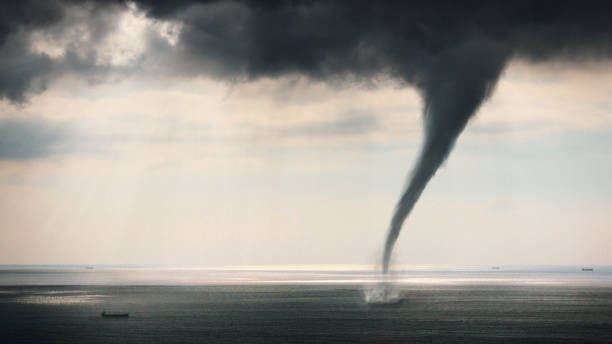 tornado zeezicht - tornado stockfoto's en -beelden
