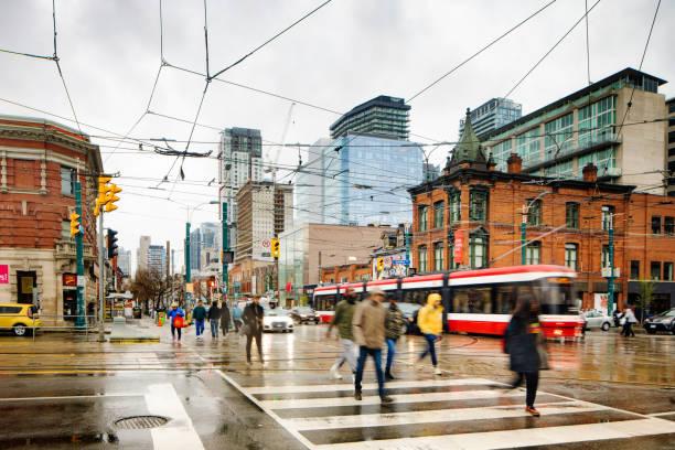 Toronto belebte Richmond Street und Spadina Avenue Ecke an einem regnerischen Tag – Foto