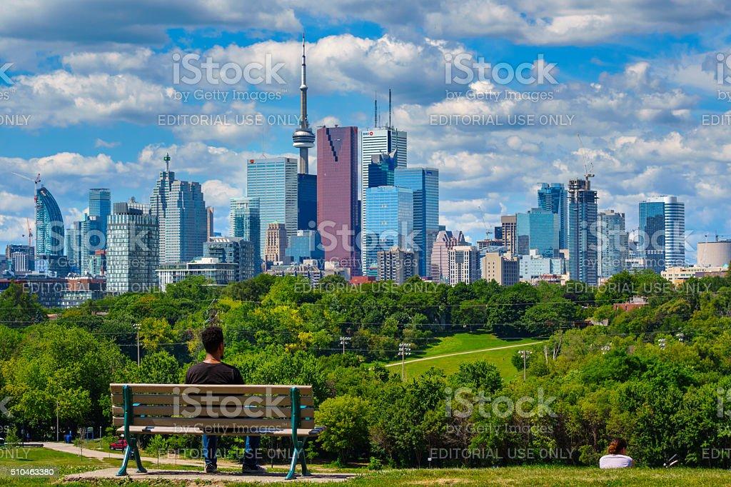 Fotografía de Toronto CanadÁ Hombre En Riverdale Parque y más banco ...