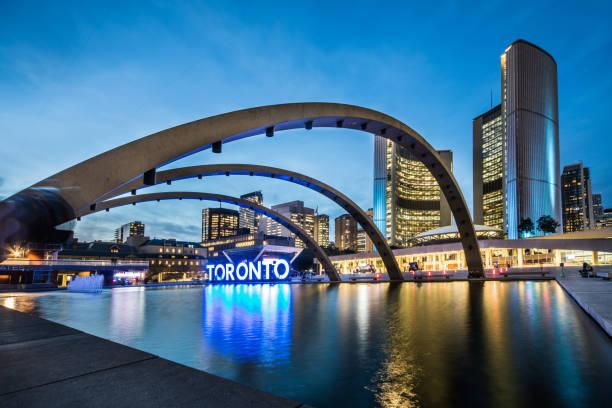 금융 지구에서 토론토 다운 타운 광장 - 토론토 온타리오 뉴스 사진 이미지
