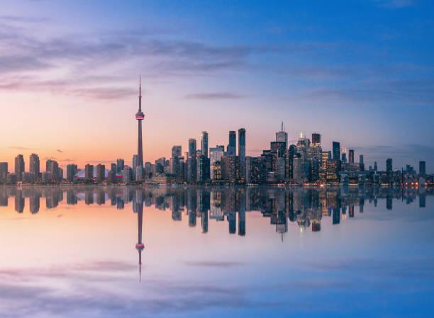 toronto skyline o zachodzie słońca z refleksją - toronto, ontario, kanada - kanada zdjęcia i obrazy z banku zdjęć