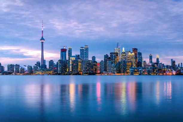 황혼에 흐린 하늘 아래 토론토 스카이 라인 - 토론토 온타리오 뉴스 사진 이미지