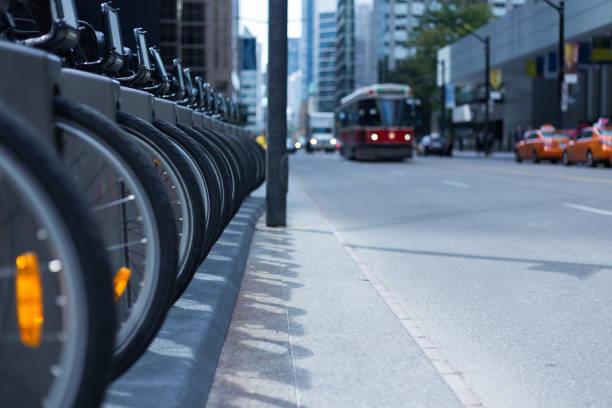 トロントの市街電車および忙しいストリート バイク レンタル駅交通タクシー - カナダ旅行 ストックフォトと画像