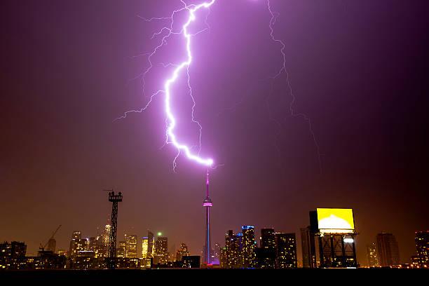 торонто башня поражен молнии - lightning стоковые фото и изображения
