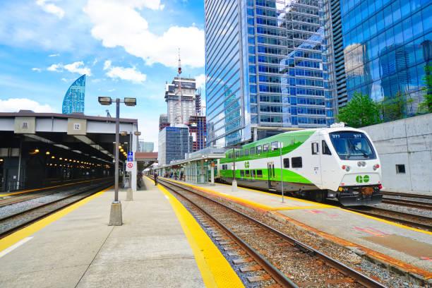 toronto union i̇stasyonu terminali bu hizmet go trenler, vıa rail kanada, up airport express ve yük trenleri - sefer tarifesi stok fotoğraflar ve resimler