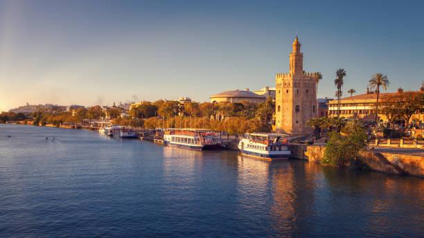 トッレ・デル・オロ(金の塔)、夕日ライト付き、グアダルキビル川底、セビリア、スペイン - ムーア様式 ストックフォトと画像