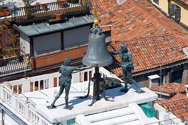 torre dell'orlogio - klokkentoren met luidende klokken stockfoto's en -beelden