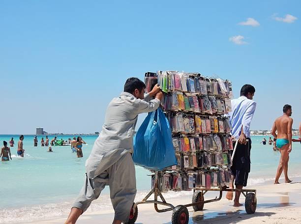 torre lapillo - venditori di cover - ambulante foto e immagini stock