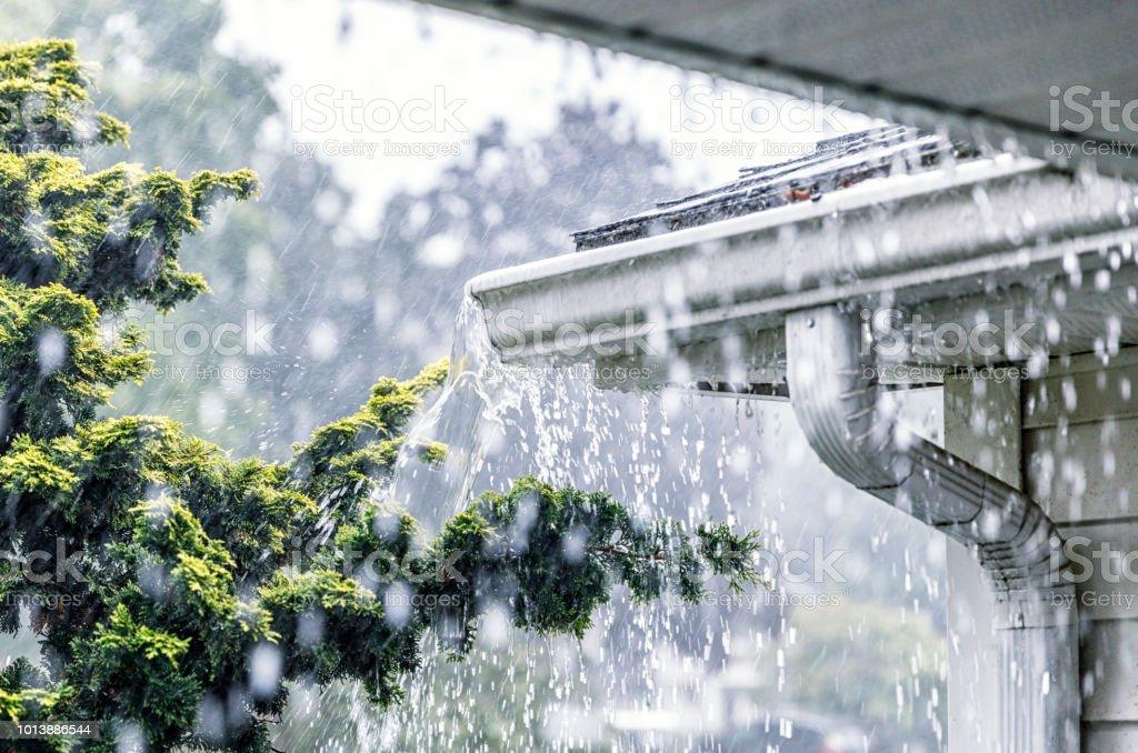 Agua de lluvia de verano lluvias torrenciales desborda los canales techo - foto de stock