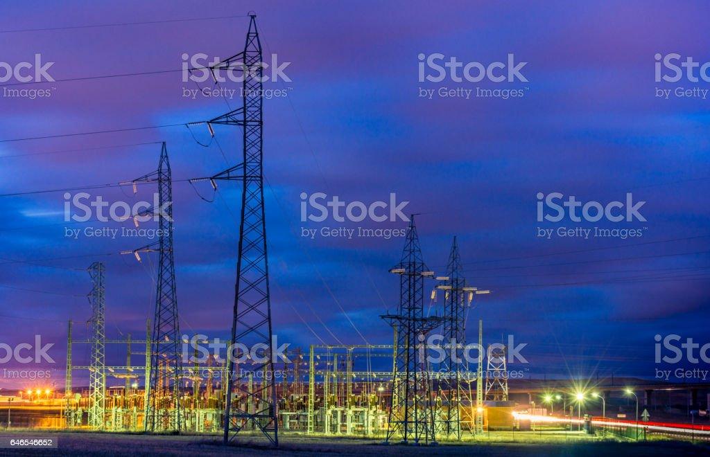 Torres de conducción eléctrica en una puesta de sol stock photo