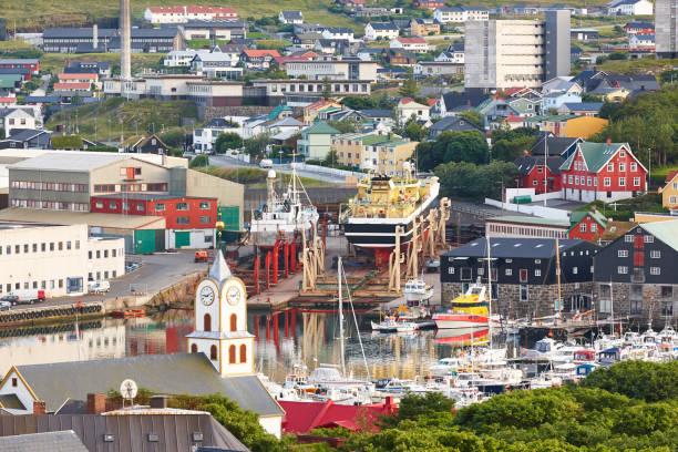 Torshavn Stadthafen in Feroe Inseln. Schiffbau und Kirche – Foto