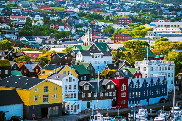 torshavn, faroer -2013 juli 11, 2018 vestaravag bay en torshavn oude quarters met kade gebouwen - faeröer stockfoto's en -beelden