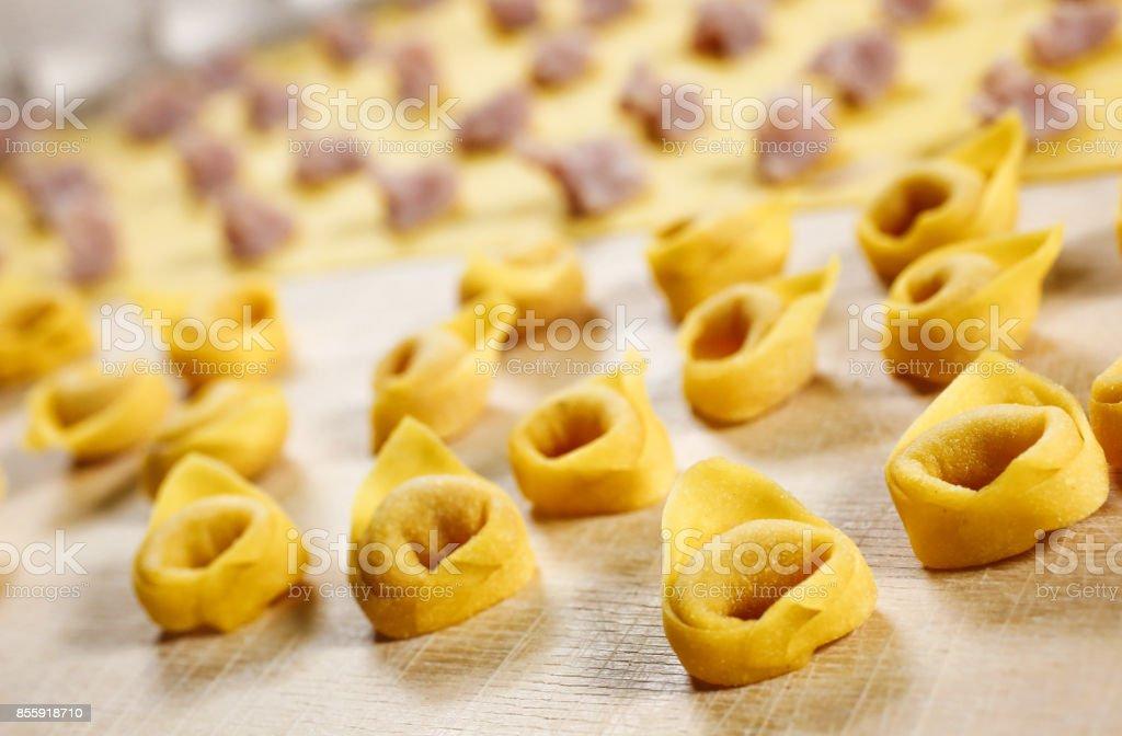Tortellini. Italienische hausgemachte gefüllte Teigwaren – Foto