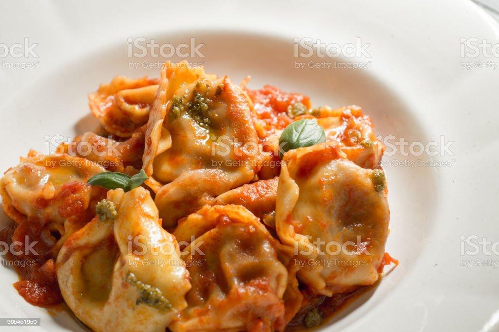 Tortellini avec Sauce tomate maison et fromage Mozzarella - Photo de Aliment libre de droits
