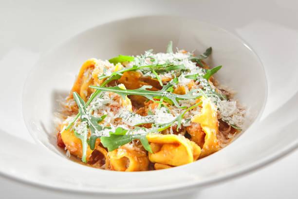 Tortellini mit Barsch und Tomatensauce im Restaurant isoliert – Foto